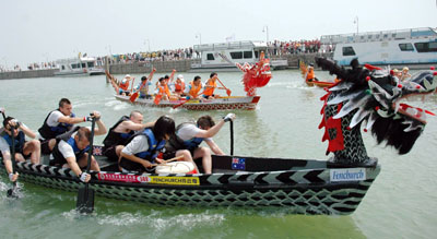 Foreigners paddle at Dragon boat race